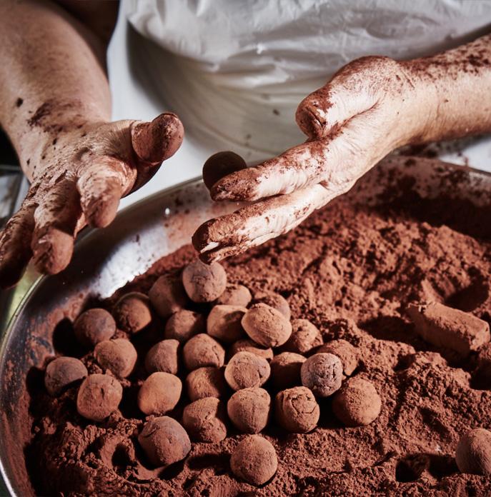 Preparazione artigianale tartufini al cioccolato Dai Dai