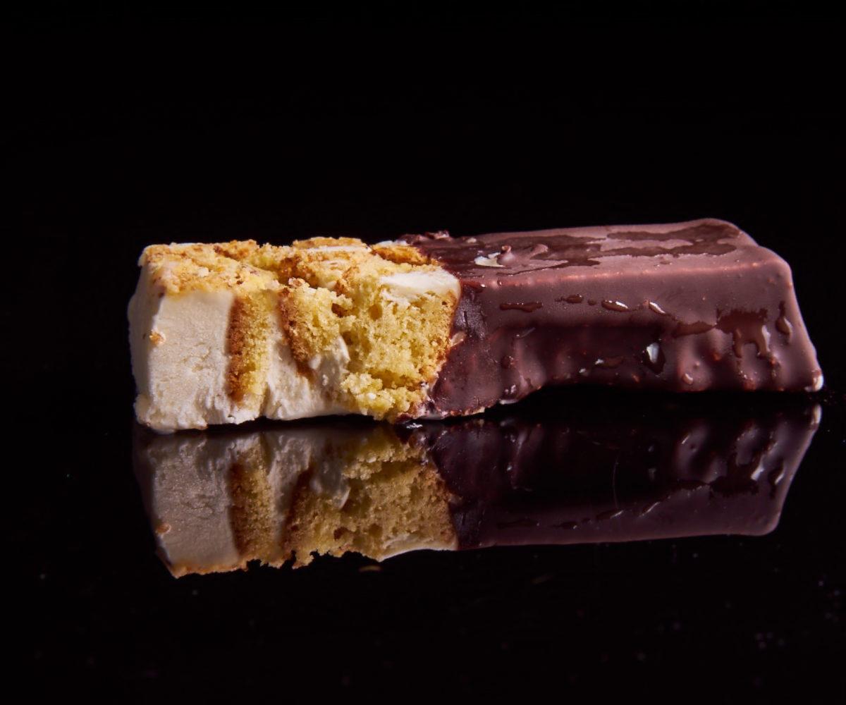 Cassatina Dai Dai con panna, cioccolato e biscotti alle mandorle